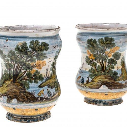 Zwei Albarelli. Majolika, farbig bemalt. Landschaftsmotive. Italien, wohl Castelli, 18./19. Jh. H. je 12 cm.