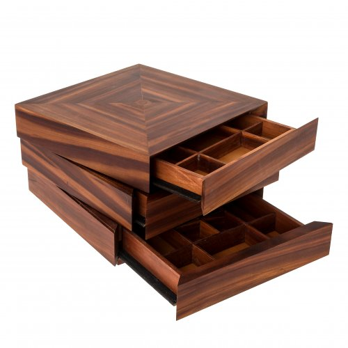 Gerl, Eugen. Trickschatulle. Pflaumenholz massiv. Böden der einzelnen Schubladen aus Birnbaum furniert. Dreischübig. 22 x 22 x 14,5 cm. Am Deckel eingelegtes Monoramm.