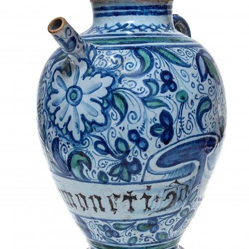 Apothekerkanne. Majolika, Malerei in Blau und Grün. Floraldekor. Italien, 19. Jh. H. 38 cm.