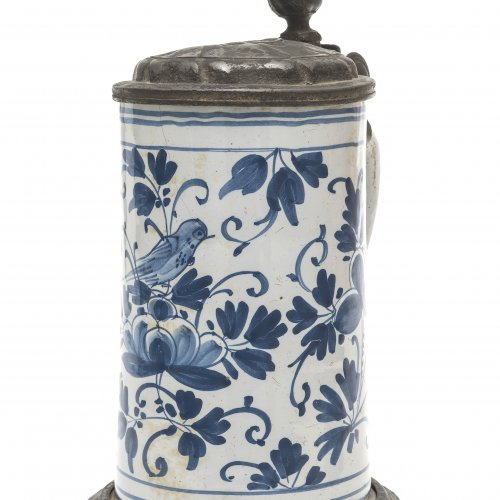 Walzenkrug. Hanau, 18. Jh. Fayence, Zinndeckel (besch.). Blaumalerei. Weiß glasiert. Vogel auf Blütenzweig. Best., Haarriss. H. 26 cm.