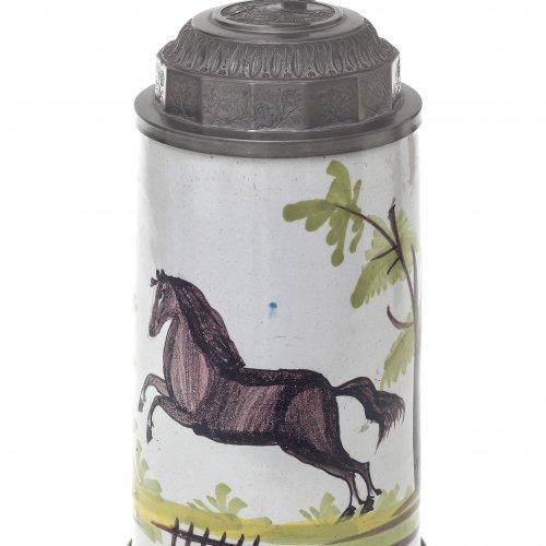 Walzenkrug. Schrezheim, 19. Jh. Fayence. Springendes Pferd. H. 25 cm.
