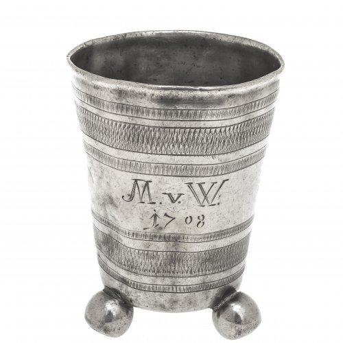 Kugelfußbecher. Zinn. Dat. 1708. Geflechelter Dekor. H. 11,5 cm.