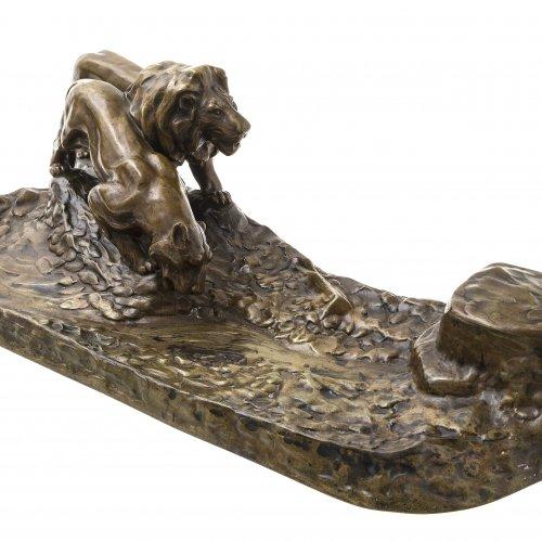 Gornik, Friedrich. Tintenzeug, Bronze. Löwen an der Tränke. L. 48 cm.