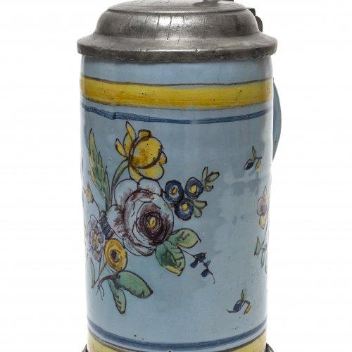 Walzenkrug. Fayence, Blütenbouquet in farbiger Malerei.