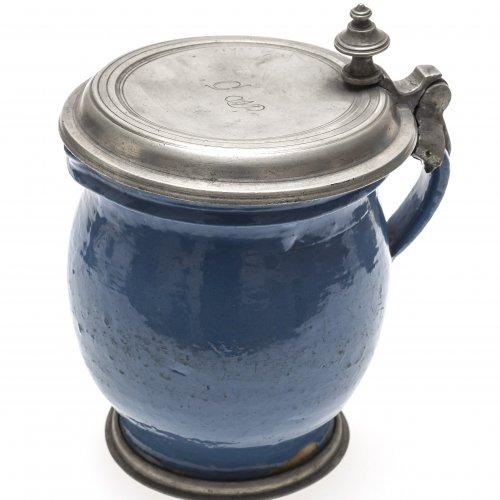 Deckelkrug. Irdenware, blau glasiert. Kröning.