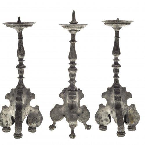 Drei Leuchter. Zinn. H. 21-23 cm.