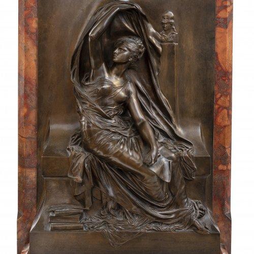 Chapu, Henri. Sitzende Muse. Bronze 60,5 x 37 cm,  auf Marmorplatte montiert. 73 x 42,5 x 17,5 cm.