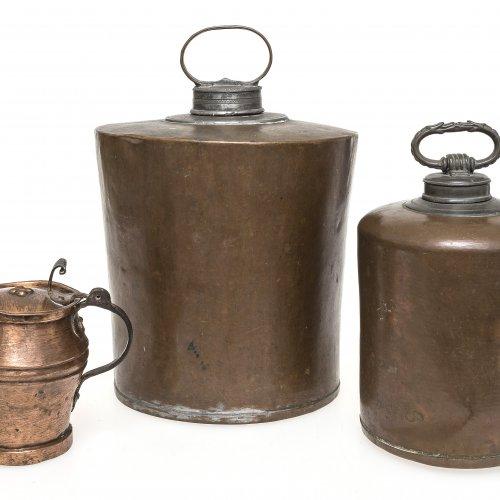Zwei Schraubflaschen, ein Kännchen. Kupfer. Deutsch, 18./19. Jh. Versch. Größen.