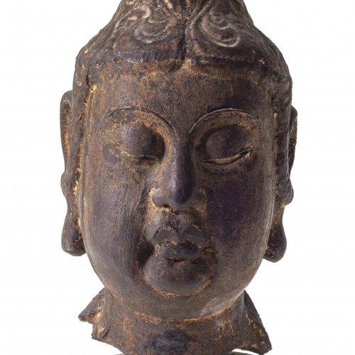 Kopf eines Bodhisattva (Guanyin). China Song-Dynastie, 13. Jh. H. 22 cm.