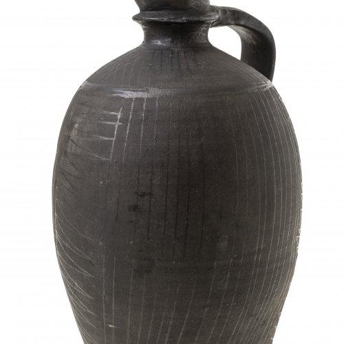 Bauchige Henkelflasche,  Irdenware, schwarz gefärbt.