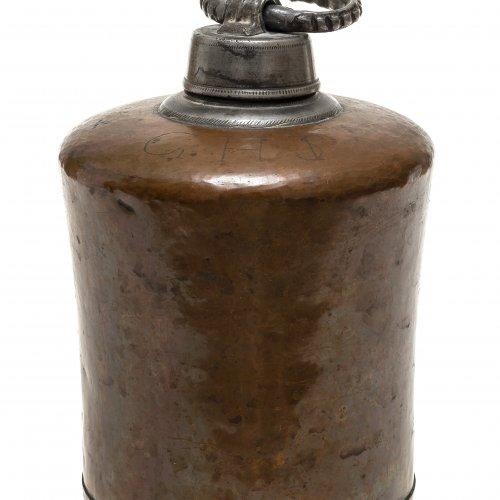 Schraubflasche. Süddeutsch, 18./19. Jh. Kupfer, mit Zinnschraubverschluss. Monogr. GHS (T) H. 20 cm.