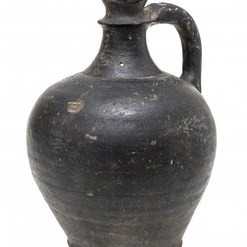 Henkelflasche, Irdenware, geschwärzt, H. 25 cm.