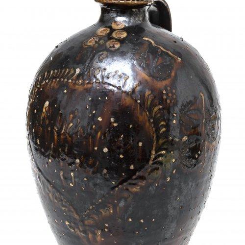 Henkelflasche, Irdenware, braun glasiert, schauseitig Herzmotiv, H. 34 cm.