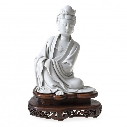 Guanyin, Porzellan, Blanc de Chine, auf Holzsockel, H. 20 cm.