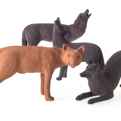 Wolfsrudel (vier Wölfe). Keramik. H. je ca. 25 cm.