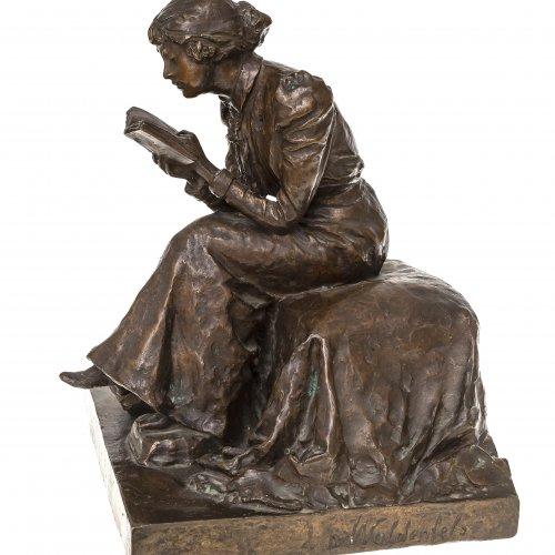 Waldenfels, Mathilde von. Lesendes Mädchen. Bronze. H. 34 cm, 24,5 x 29,5 cm. Sign.