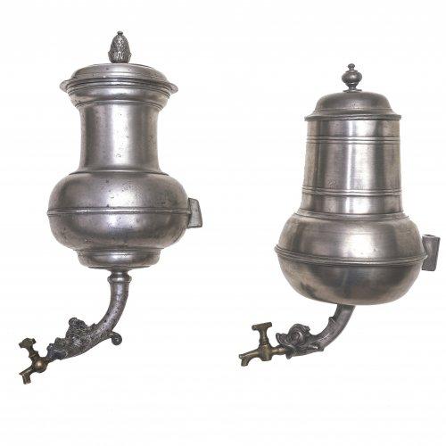 Zwei Wandbehälter, Zinn, Tierkopfdekor, H. 27-33 cm.