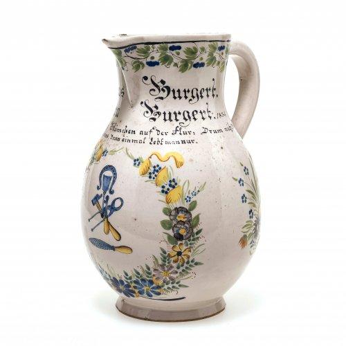 Birnkrug, Fayence, Durlach, Blütenkranz mit Handwerksgerät, Inschrift, H. 20 cm.