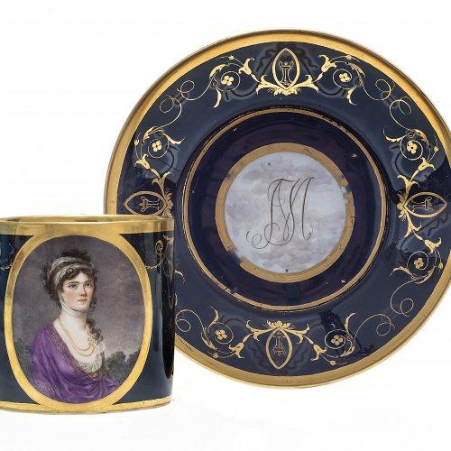 Porträt Tasse mit Untertasse. Königin Caroline Friederike von Bayern und König Max I. Joseph mit Initialen auf der Unterschale. Nymphenburg um 1808.