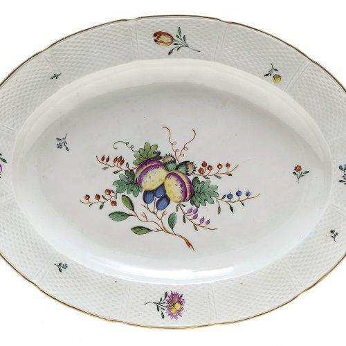 Ovale Platte. Nymphenburg. Früchtemalerei, Gold- und Oszierrand. Gepresste Rautenschildmarke und