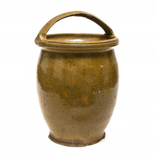 Bügeltopf. Irdenware, gelbgrün glasiert. Niederbayern, wohl Kröning. H. 30 cm.