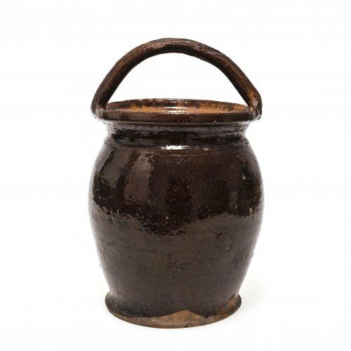 Bügeltopf. Kröning, Irdenware braun glasiert. Besch. H. 26,7 cm.