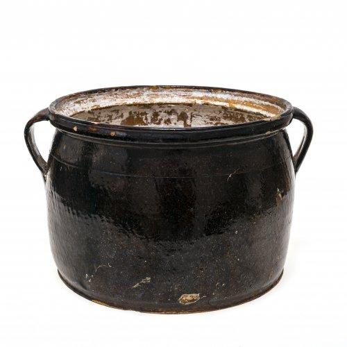 Doppelhenkeltopf. Kröning, Irdenware, dunkelbraun glasiert, innen verkalkt. Besch. H. 21,5 cm, ø 29,5 cm.