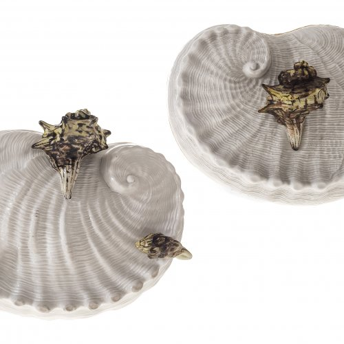 Sehr seltene Deckeldose in Form eines Seeohres. Nymphenburg um 1770. Preßmarke Rautenschild im Deckel; geritzt