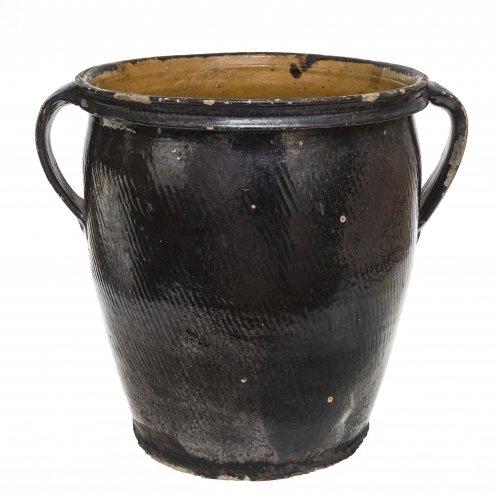 Großer Doppelhenkeltopf. Kröning, Irdenware, schwarz glasiert und schräg gerieft. Besch., zwei Risse. H. 36,5 cm.