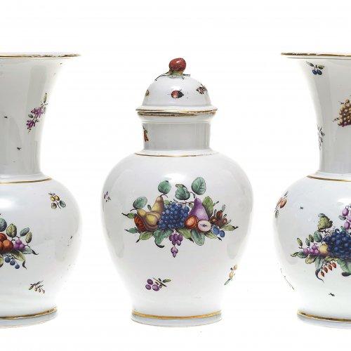 Drei Vasen. Nymphenburg um 1765. Bemalung: Joseph Zächenberger (1732-1802).
