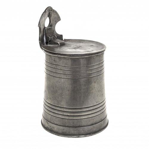 Salzfass. Zinn. Wandung mit Rillendekor, flacher Scharnierdeckel. Alterungsspuren. H. 23 cm.