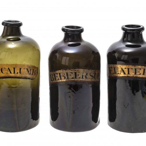 Drei Apothekenflaschen, olivgrünes Glas, mit Aufschrift, H. je 33 cm.