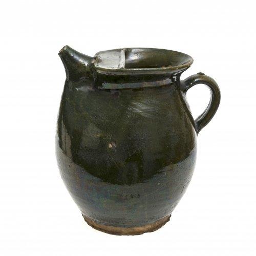 Kanne mit Tülle. Oberösterreich, Irdenware, schwarz-grüne Glasur. Leicht besch. H. 27 cm.