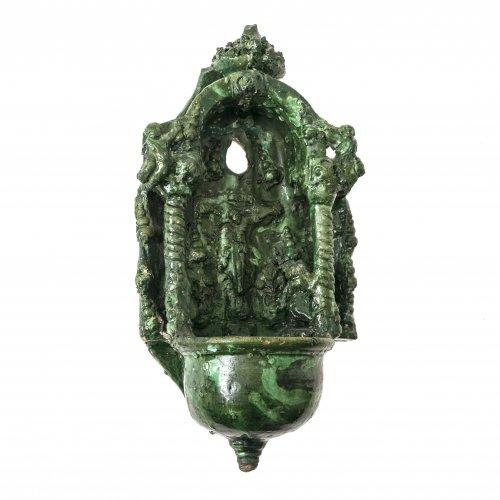 Weihwasserwandbrunnen, Irdenware, grün glasiert, Kröning, H. 27 cm.