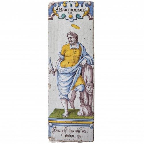 Apothekenkachel. Hl. Bartholomäus. Best. 46 x 14 cm.